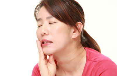 歯が痛い女性