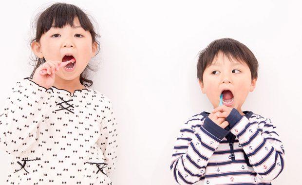 歯磨きをする子供たち