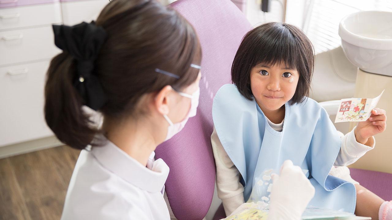 診療中の笑顔の子供