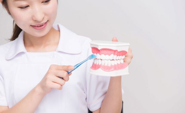 歯ブラシの指導をする歯科衛生士